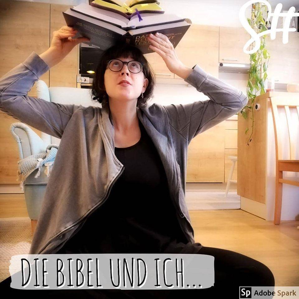 Frau balanciert Bücher am Kopf