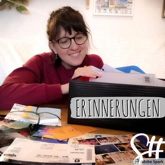 Frau mit Brille am Tisch mit Erinnerungsfotos