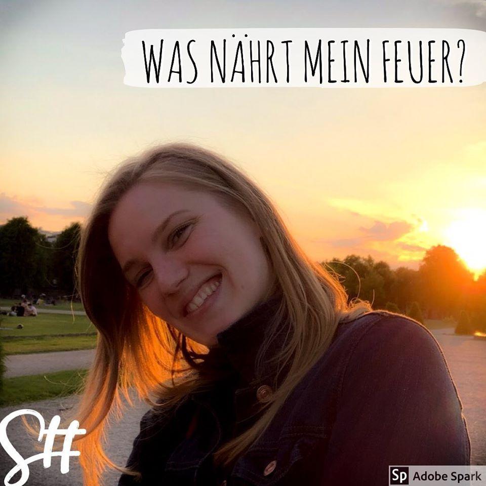Frau lächelt und im Hintergrund der Sonnenuntergang