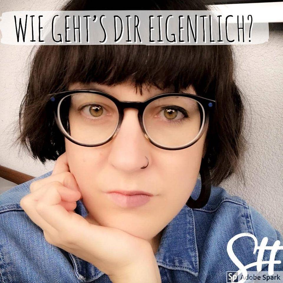 Frau mit Brille halb geschminkt