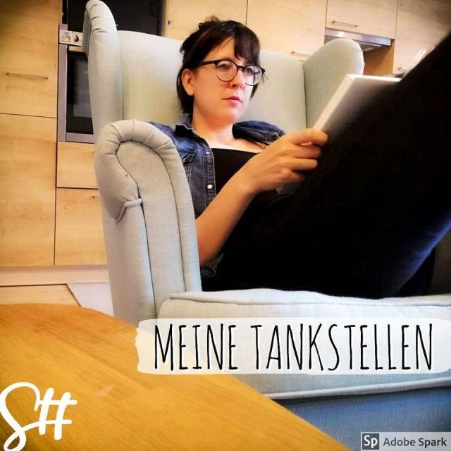 Frau mit Brille liest in einem Lesesessel